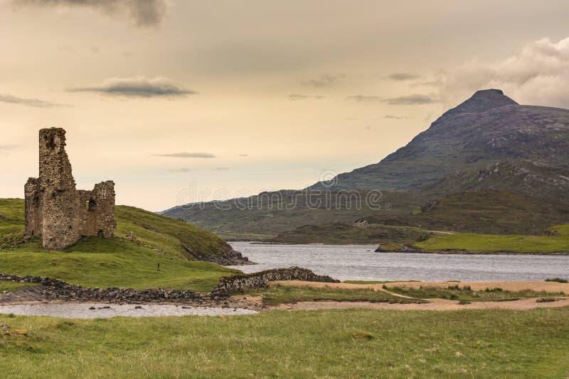 Fortifique Ardvreck no Loch Assynt com montanha, Escócia foto de stock royalty free
