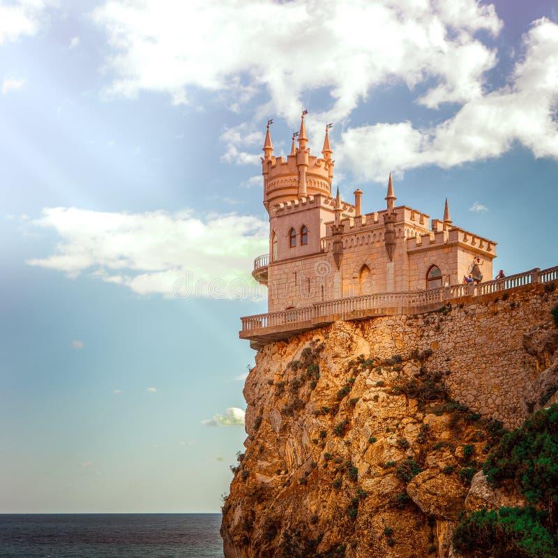 Fortifique o ninho do ` s da andorinha em Crimeia na perspectiva do céu nebuloso imagem de stock