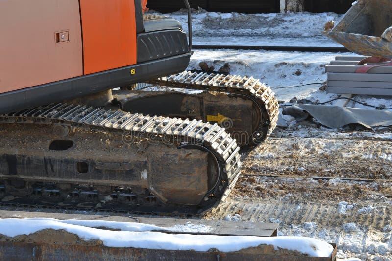 Fortlöpande spår för Closeup eller spårat hjul av grävskopan eller backhoen på jordgolvet royaltyfri foto