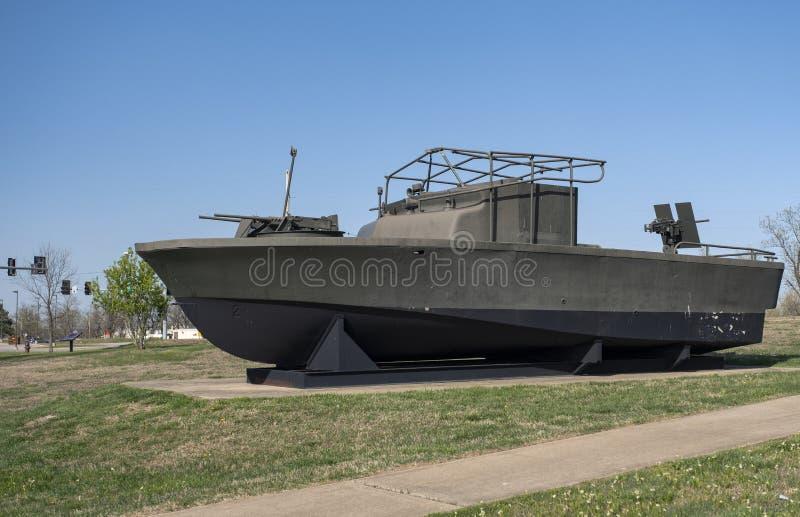 FORTLEONARD TRÄ, MO-APRIL 29, 2018: För flodpatrull för militärfordon komplext fartyg arkivfoto