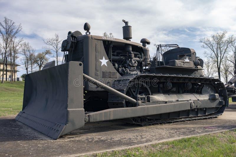 FORTLEONARD TRÄ, MO-APRIL 29, 2018: Militär Caterpillar D7 crawlsimmaretraktor arkivfoton