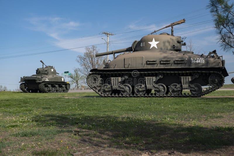FORTLEONARD TRÄ, MO-APRIL 29, 2018: Militärfordon Sherman Flame Tank fotografering för bildbyråer