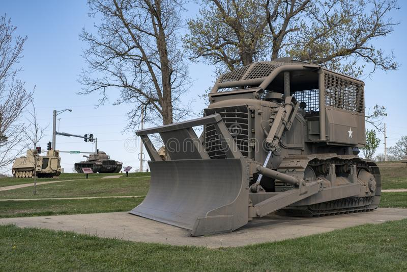 FORTLEONARD TRÄ, MO-APRIL 29, 2018: MilitärfordonRome plog D7E arkivfoto