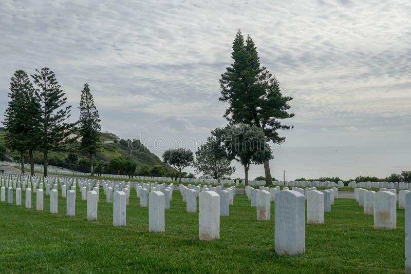 FortRosecrans nationell kyrkogård med gravstenar i rader under molnig dag arkivbilder
