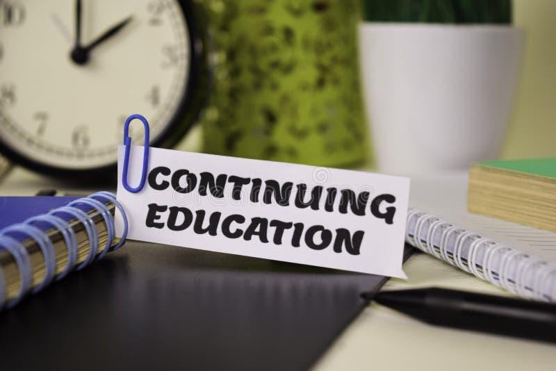 Fortsätta utbildning på papperet som isoleras på det skrivbord Aff?rs- och inspirationbegrepp royaltyfria bilder