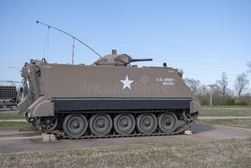 FORTU LEONARD drewno, MO-APRIL 29, 2018: Pojazdu Wojskowego Opancerzony transporter fotografia stock