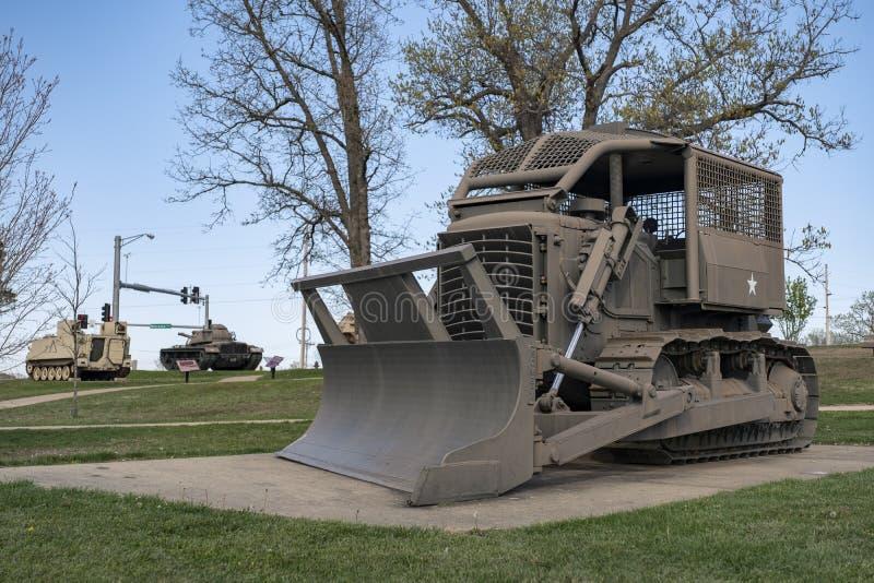 FORTU LEONARD drewno, MO-APRIL 29, 2018: Pojazdu Wojskowego Rzym pług D7E zdjęcie stock