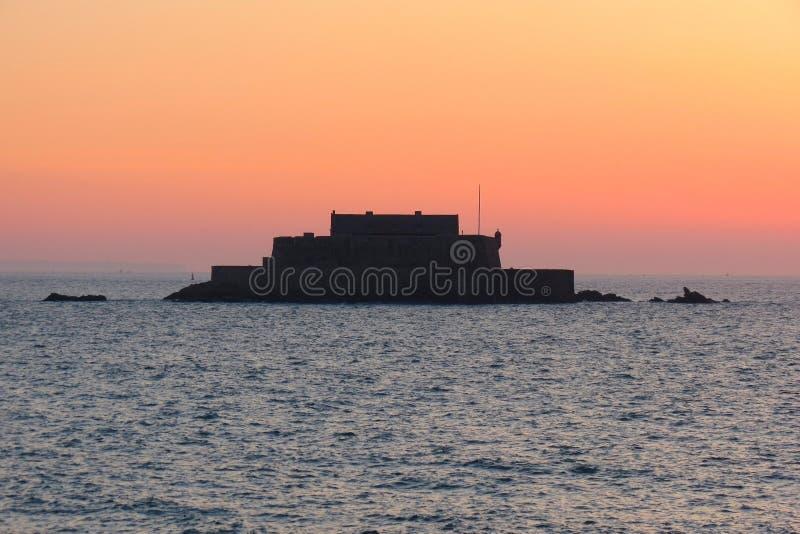 Fortu obywatel jest podczas przypływu przy zmierzchem, święty, Brittany, Francja fotografia stock