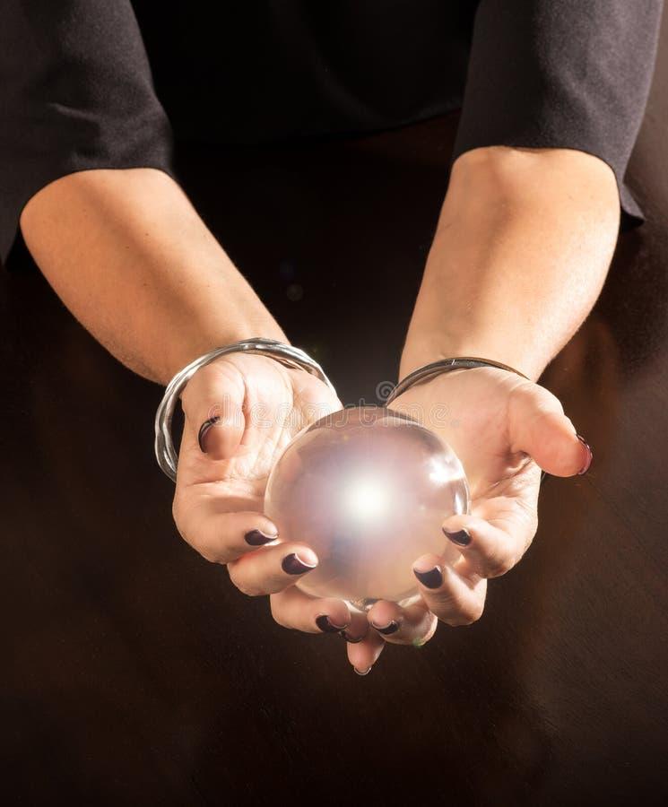 Fortuinteller die een kristallen bol in haar handen houden stock afbeelding