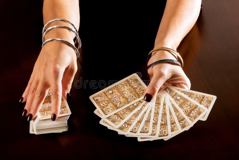 Fortuinteller die toekomst met Tarotkaarten voorspellen stock foto's