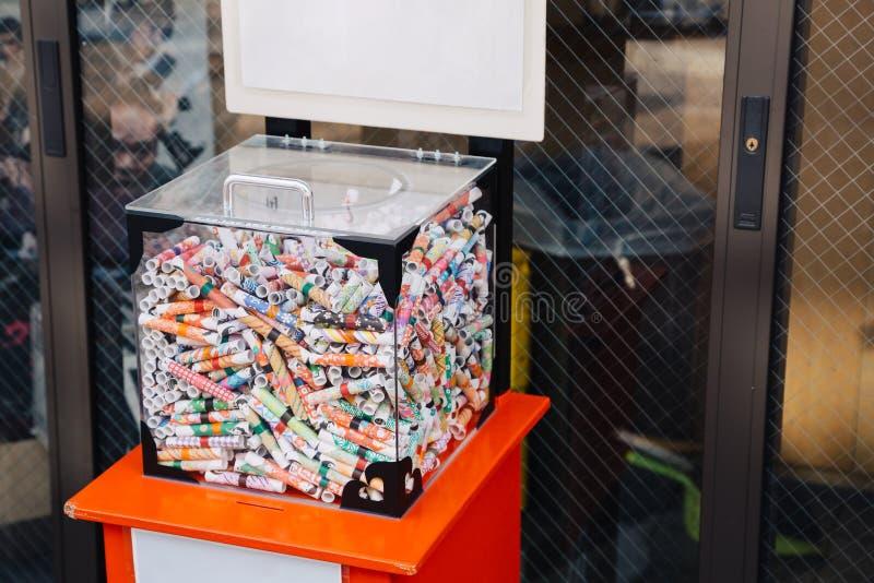 Fortuna aleatória de Omikuji que diz a caixa de papel no distrito Yanaka Ginza de Yanesen no Tóquio, Japão fotografia de stock