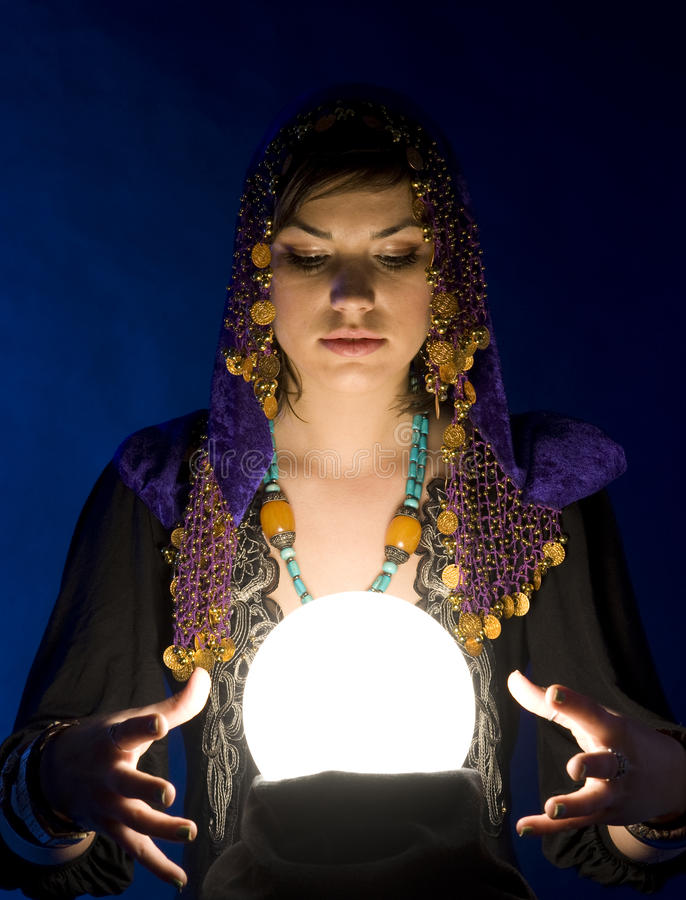 Fortune-teller com esfera de cristal imagens de stock