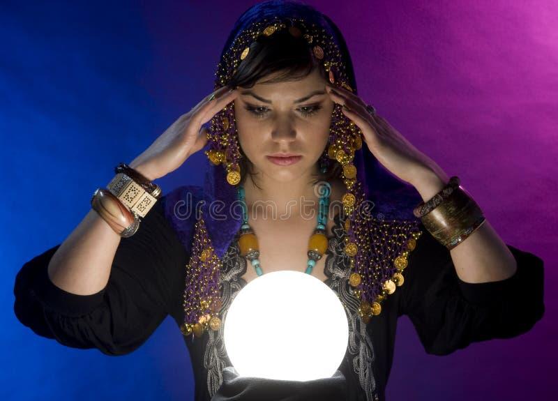 Fortune-teller com esfera de cristal imagem de stock