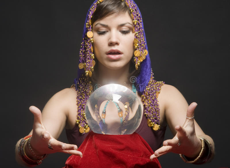 Fortune-teller con la sfera di cristallo fotografia stock libera da diritti