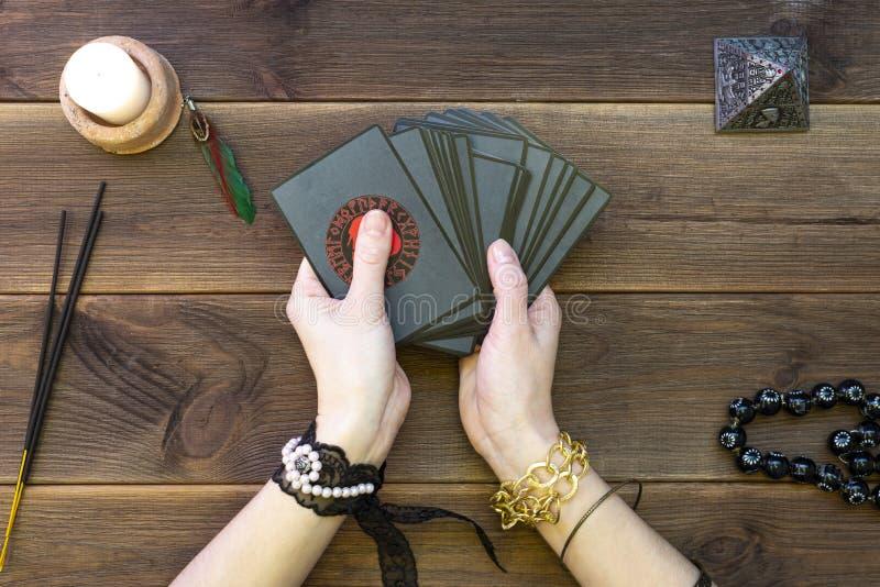 Fortune vertelkaarten, runische kaarten voor fortuin die op een houten tafel vertellen Toebehoren voor huilen Weergeven vanaf bov royalty-vrije stock afbeelding