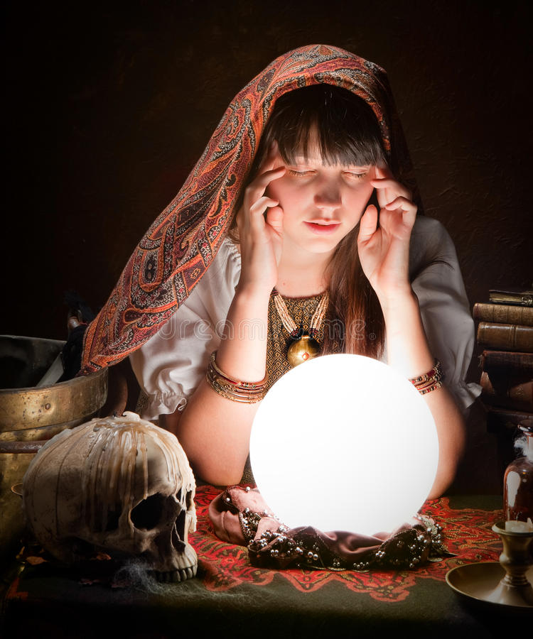 Fortuneteller com esfera de cristal fotos de stock royalty free