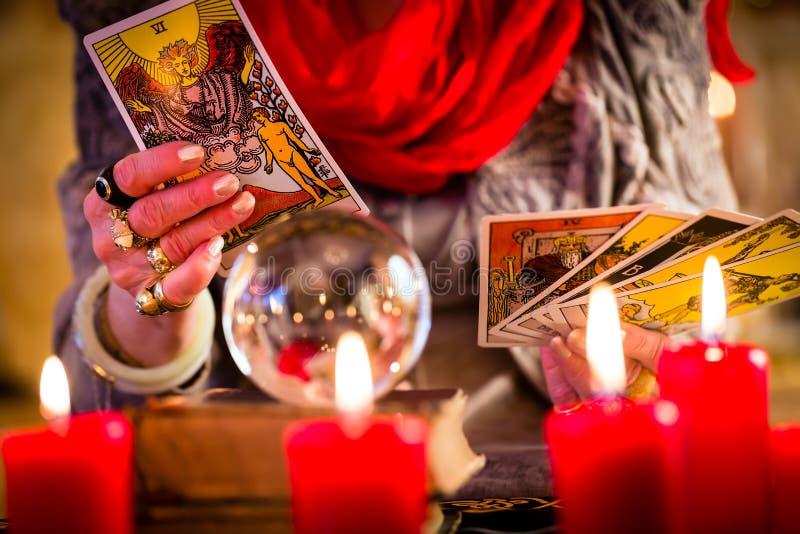 Fortuneteller podczas sesi z tarot kartami zdjęcie stock