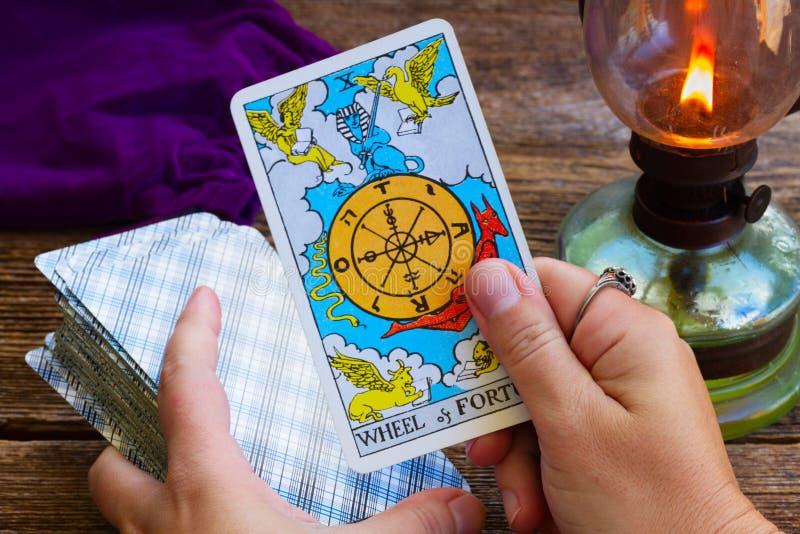 Fortunetelling met Tarotkaarten stock foto's