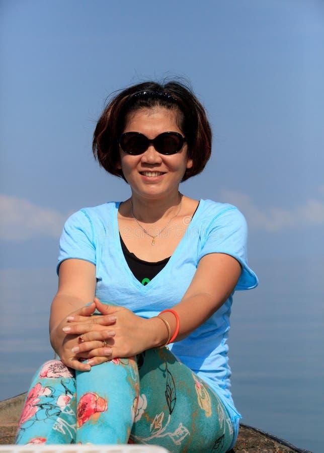 Forty år kvinna med bra vård- royaltyfri fotografi