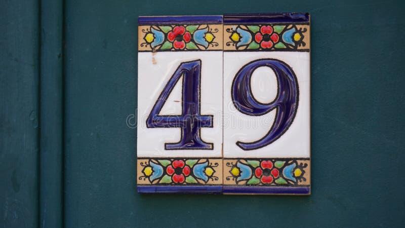 Forty-ine 49 номера дома покрашенное на керамической плитке в голубом и желтом, красном и золоте от Израиля стоковое фото rf