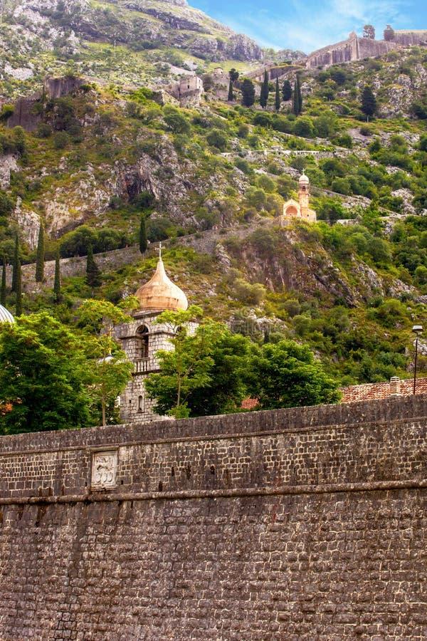 Fortyfikacje i kościół w starym Europejskim mieście zdjęcie royalty free