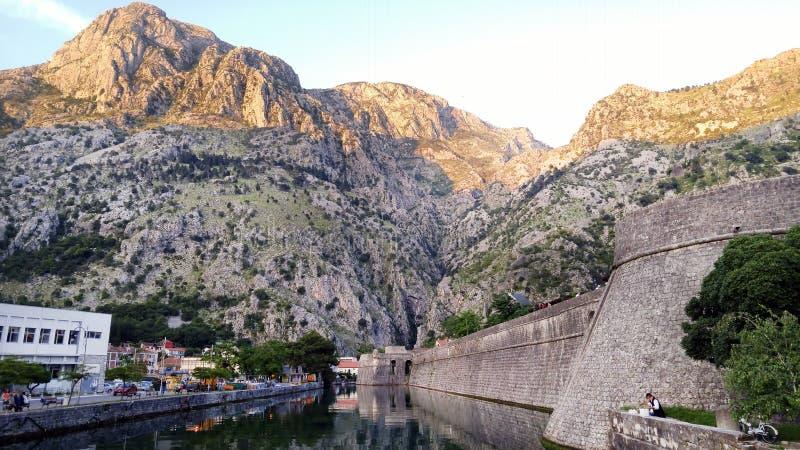 Fortyfikacji ściana Adriatycki antyczny miasteczko Kotor w Montenegro Kasztel rzeka i ściany W odbiciu na wodzie zdjęcia stock