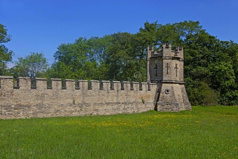 Fortyfikująca ściana przy Grodowym Howard w North Yorkshire i droga zdjęcie stock