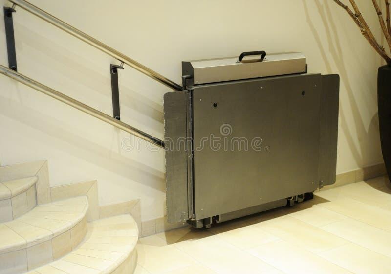 Foru dźwignięcie, winda dla nieważnego wózka inwalidzkiego zdjęcie stock