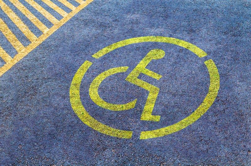 Foru parking znak na asfalcie, persons z kalectwami zdjęcia royalty free