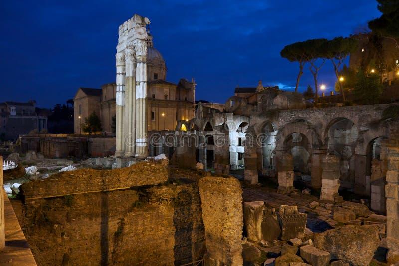 Forum de Jules César par nuit, Rome - Italie photos libres de droits