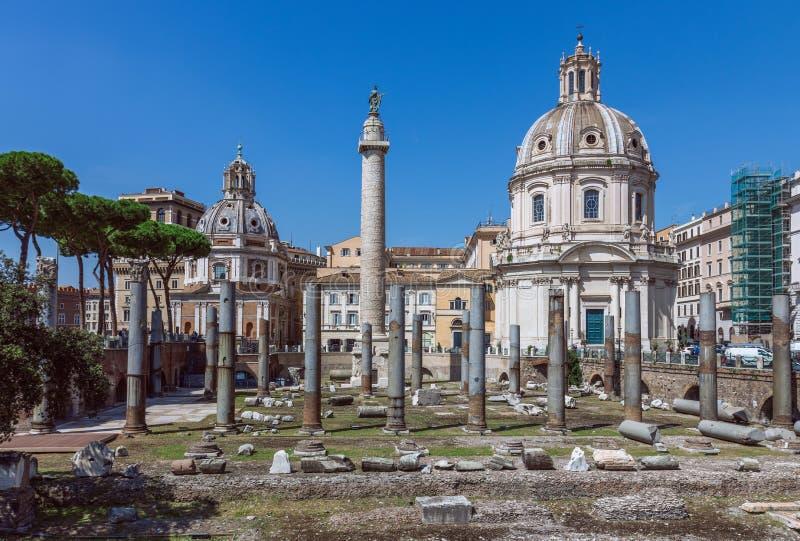Forum för Trajan ` s i Rome Den forntida romaren fördärvar av forum för Trajan ` s fotografering för bildbyråer