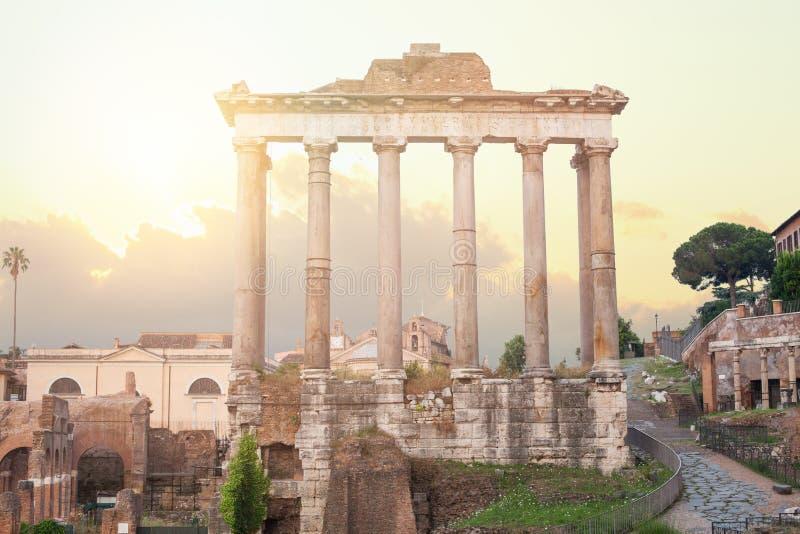 Forum fördärvar i Rome Tempel av Saturn, arkitektoniska detaljer för Rome ethernalstad Centrum Rome, Italien royaltyfri foto