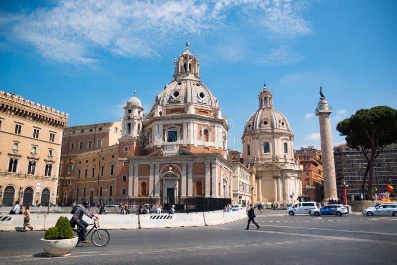 Forum imperiale Traian Column e Di Maria di Chiesa del Santissimo Nome a Roma immagini stock