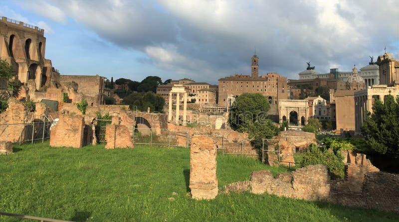 Forum var mitten av dagligt liv i Rome royaltyfri fotografi