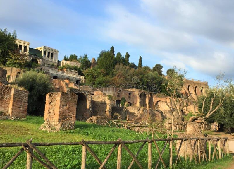 Forum var mitten av dagligt liv i Rome royaltyfri bild