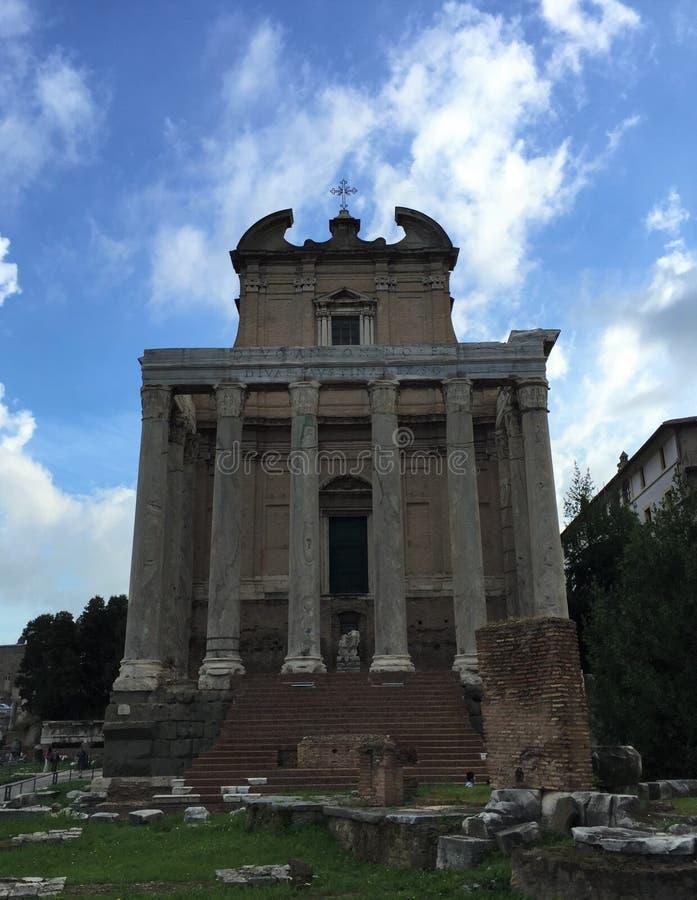Forum var mitten av dagligt liv i Rome royaltyfria bilder