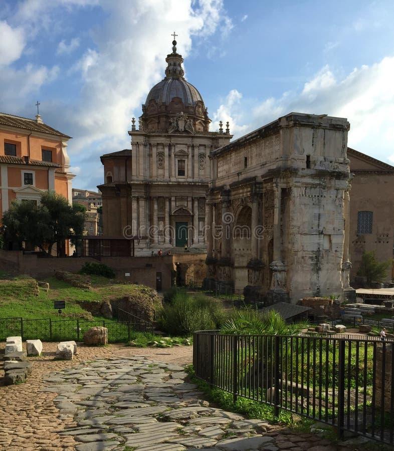 Forum var mitten av dagligt liv i Rome royaltyfri foto