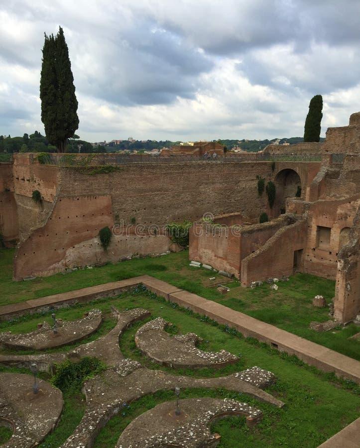 Forum var mitten av dagligt liv i Rome fotografering för bildbyråer