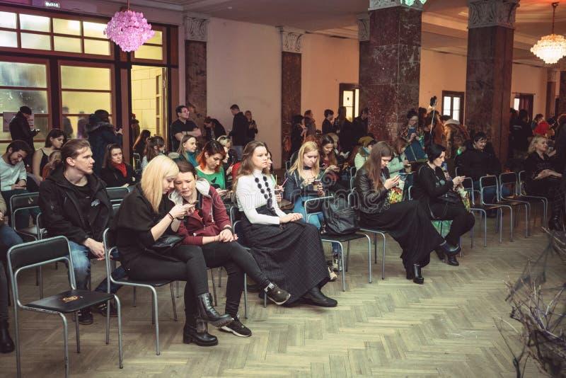 Forumet av häxor, utbildningen, folket som sitter i åhörarna, 13 April 2019: Ryssland St Petersburg royaltyfria bilder