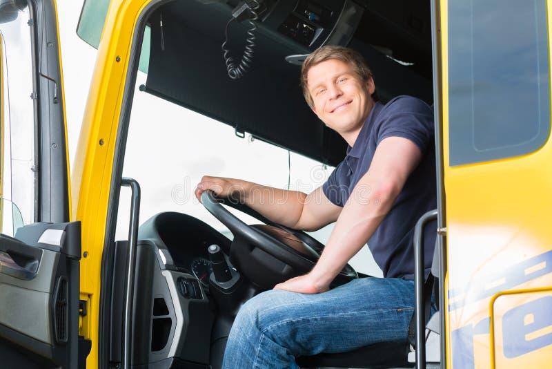 Forwarder lub kierowca ciężarówki w kierowca nakrętce zdjęcia royalty free