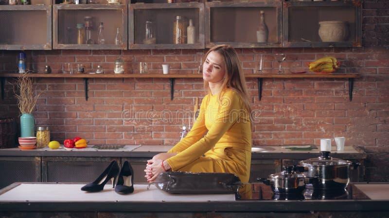 Forworn entreprenör efter arbetsdagsi lägenhet arkivfoto