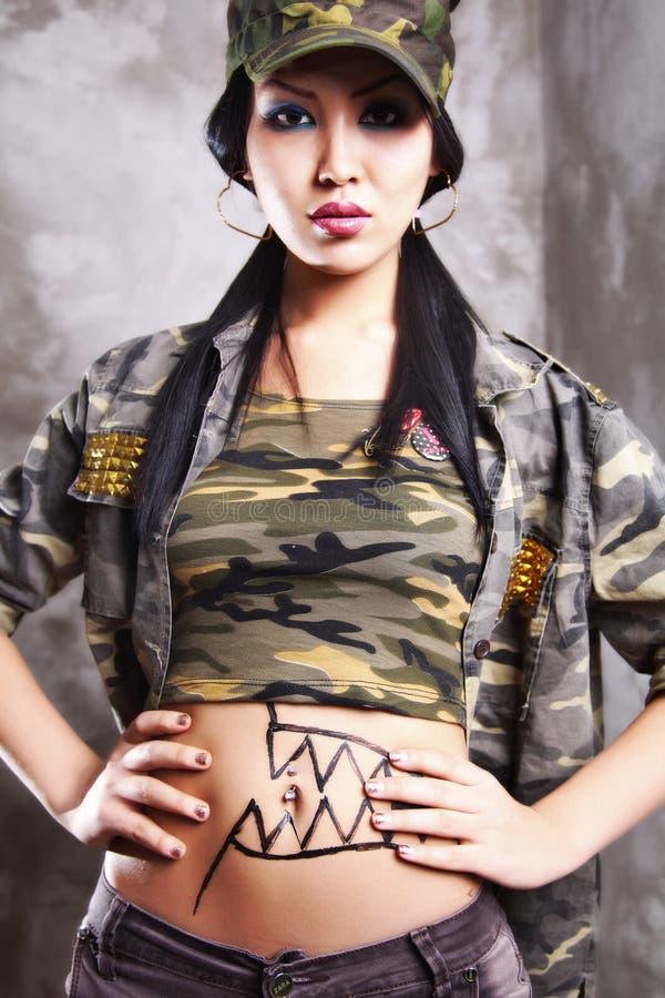 Forza di modello asiatica, capelli neri lunghi, labbra fotografia stock