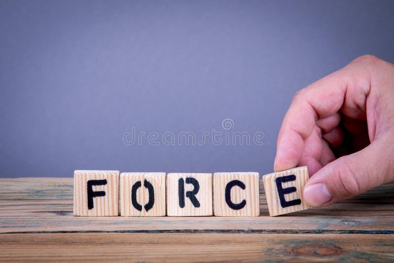 forza Lettere di legno sulla scrivania immagine stock