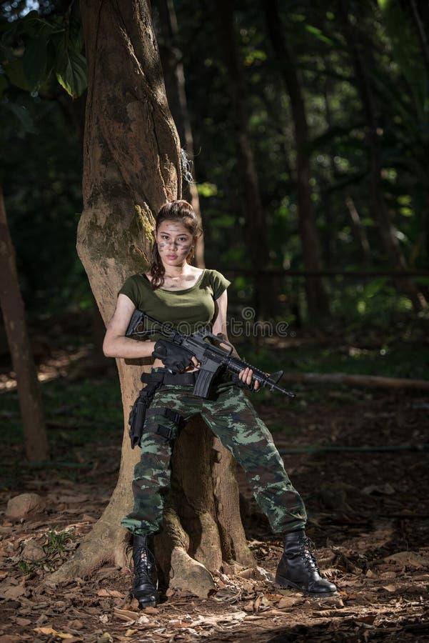 Forza speciale con la pistola nella giungla fotografia stock