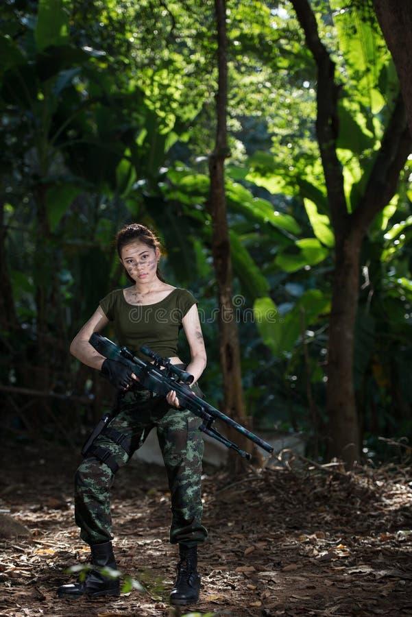 Forza speciale con la pistola nella giungla fotografie stock