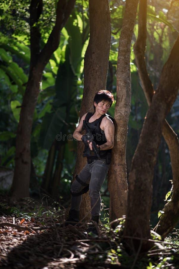 Forza speciale con la pistola nella giungla immagine stock libera da diritti