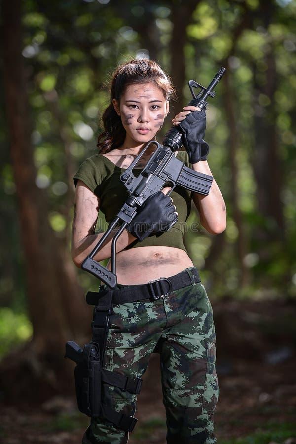 Forza speciale con la pistola nella giungla, soldato immagine stock libera da diritti