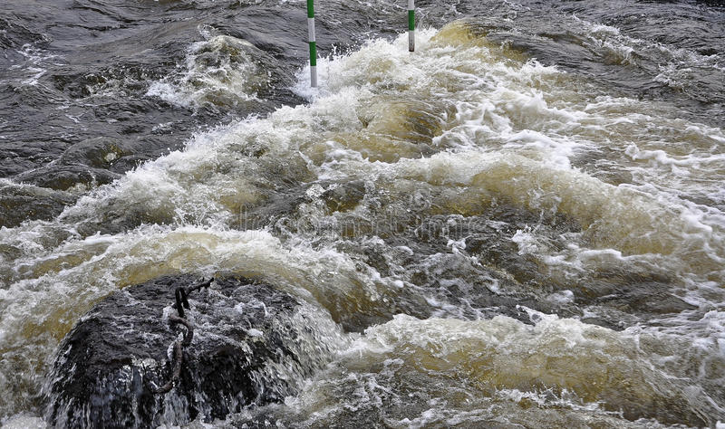 Forzatura dell'acqua nel fiume fotografia stock libera da diritti