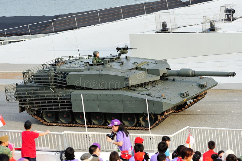 Forze armate di Singapore (FAS) che dimostrano il suo carro armato Leopard durante la ripetizione 2013 di parata di festa nazional fotografie stock libere da diritti