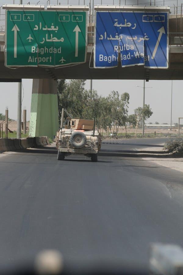 Forze di coalizione sulla pattuglia vicino a Bagdad fotografie stock